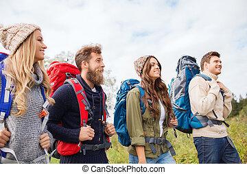 grupo, de, sonriente, amigos, con, mochilas, excursionismo