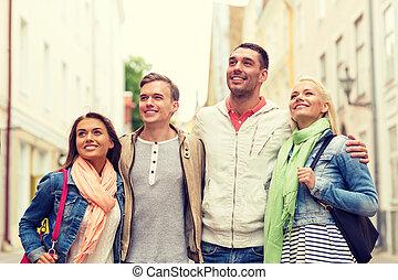 grupo, de, sorrindo, amigos, andar, cidade