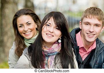 grupo, de, sorrindo, jovem, estudantes, ao ar livre