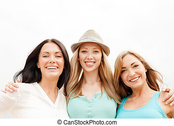 grupo, de, sorrindo, meninas, chilling, praia