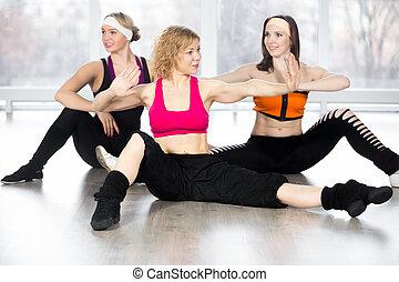 grupo, de, três fêmeas, fazendo, dinâmico, condicão física, exercícios, classe
