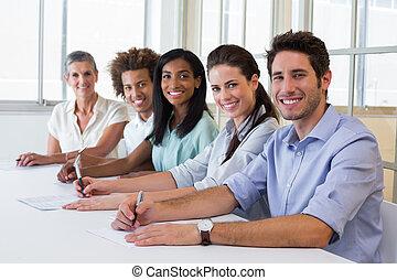 grupo, de, trabajadores, mirar cámara del juez