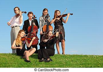 grupo, de, violinistas, juego, en, pasto o césped, contra, cielo