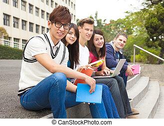 grupo, degrau, sentando, estudantes, jovem, feliz