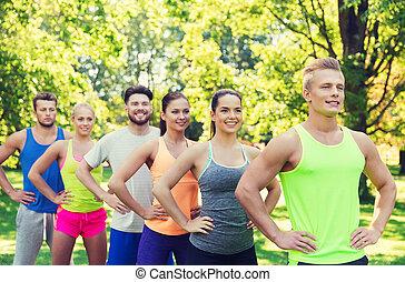 grupo, deportistas, aire libre, amigos, o, feliz