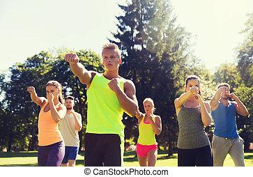 grupo, ejercitar, deportistas, aire libre, amigos, o