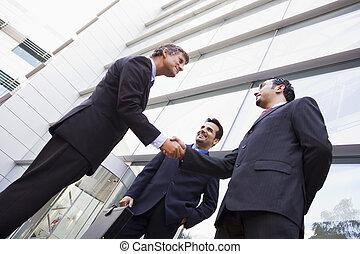 grupo, escritório, exterior, homens negócios, mãos sacudindo