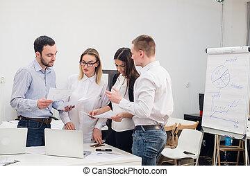 Grupo, escritório, homens, Quatro, falando, diverso, roupa,  casual, mulheres