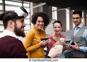 grupo, escritório, jovem, businesspeople, vr, óculos proteção, conversa.