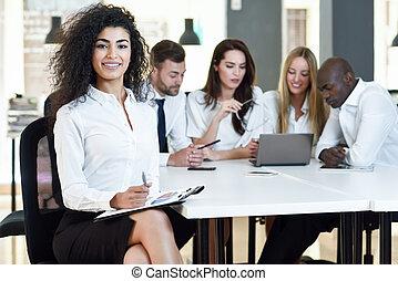 grupo, escritório., modernos, businesspeople, três, multi-étnico, reunião