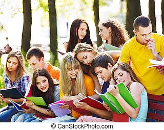 grupo, estudante, com, caderno, outdoor.