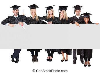 grupo, estudantes, graduado, apresentando, bandeira, vazio