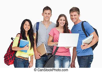 grupo, estudantes, laptop, segura, um, olhar, enquanto, câmera, sorrindo