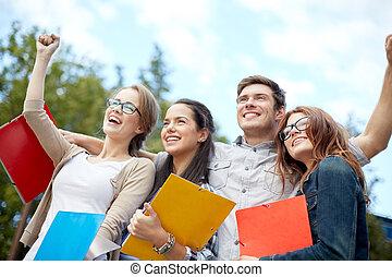 grupo, estudantes, mostrando, gesto, triunfo, feliz