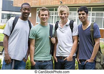 grupo, estudantes, olhar, câmera, ao ar livre, sorrindo