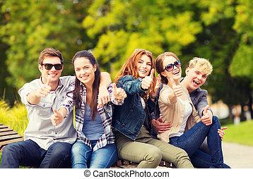 grupo, estudiantes, actuación, adolescentes, arriba, pulgares, o
