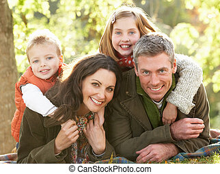 grupo familia, relajante, aire libre, en, paisaje de otoño