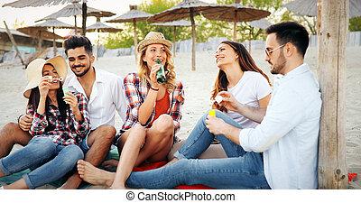 grupo, gente, joven, diversión, playa, teniendo, feliz