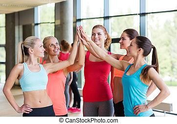 grupo, ginásio, alto cinco, fazer, gesto, mulheres
