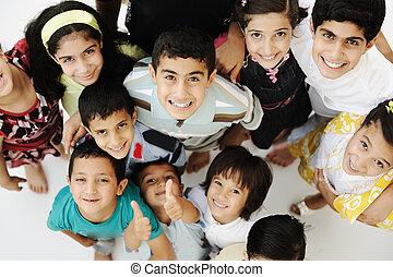 grupo grande, de, feliz, crianças, diferente, idades, e, raças, torcida