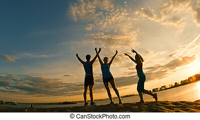 grupo jovens, -, atletas, -, duas meninas, e, um, sujeito, é, ter, triunfo, ligado, a, montanha, perto, rio, em, anoitecer
