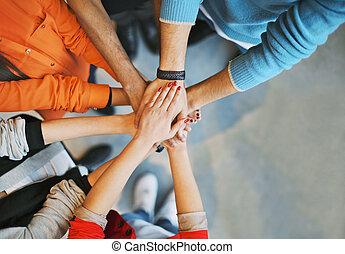 grupo jovens, empilhando, seu, mãos