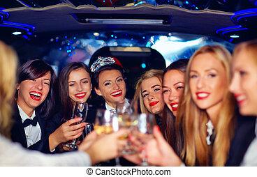 grupo, limusina, elegante, mujeres, tintinear, fiesta, gallina, feliz, anteojos