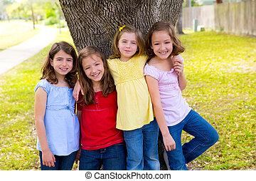 grupo, meninas, árvore, tocando, crianças, amigo