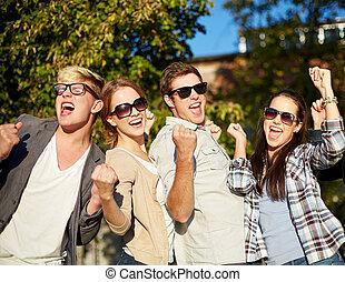 grupo, mostrando, gesto, amigos, triunfo, feliz
