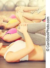 grupo mulheres, esticar, em, ginásio
