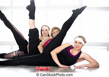 grupo mulheres, fazendo, aeróbica, exercícios, classe