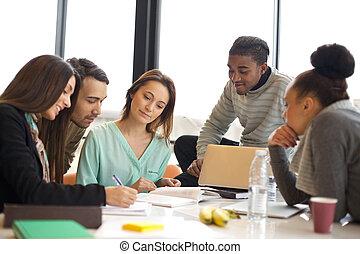 grupo, multiétnico, gente, estudiar, joven, juntos