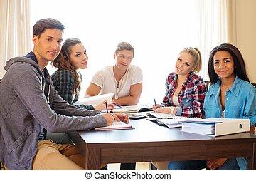 grupo multi étnico, de, estudantes, preparar, para, exames, em, interior lar, atrás de, tabela