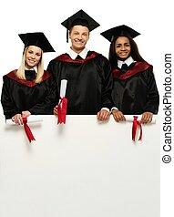 grupo multi étnico, de, graduado, jovem, estudantes, com, em branco, tabela de anúncios