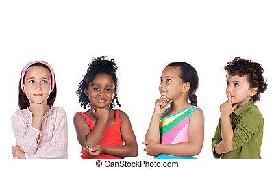 grupo multiethnic, de, crianças, pensando