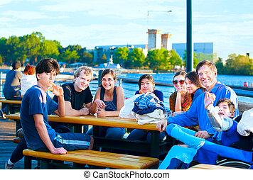 grupo, multiethnic, pessoas, lakeside, parque, jovem