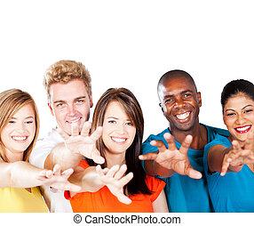 grupo multiracial, amigos, alcançar