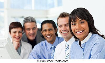 grupo, negócio, mostrando, câmera, diversidade, sorrindo