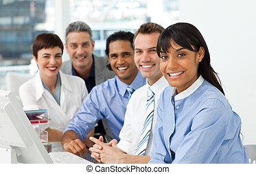 grupo, negócio, mostrando, olhar, câmera, diversidade