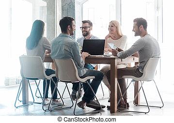 grupo, negócio, trabalhando, sentando, pessoas escritório, junto, projeto, confiante, enquanto, junto., escrivaninha, novo, casual, esperto, desgaste