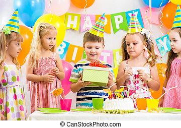 grupo niños, en, fiesta de cumpleaños