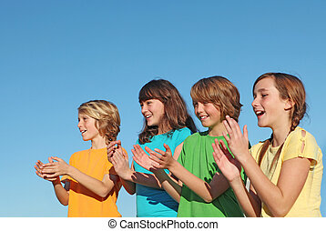 grupo niños, niños, o, partidarios, aplaudir