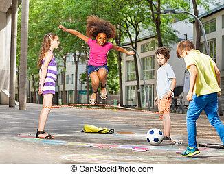 grupo, niños, rayuela, juego escuela