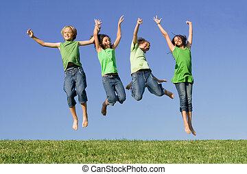 grupo niños, saltar, después, ganando