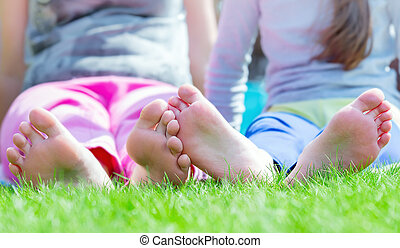 grupo, parque, grama verde, crianças, mentindo, feliz