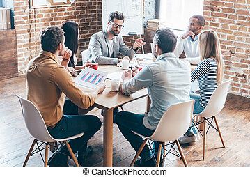 grupo, personas oficina, seis, joven, discutir, mientras,...