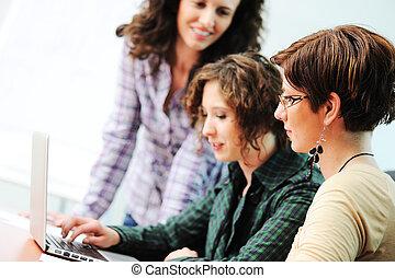 grupo, personas trabajo, computador portatil, él, el mirar joven, feliz