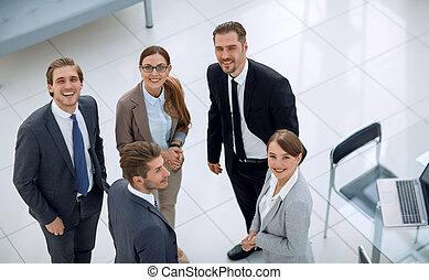 grupo pessoas empresariais, ficar, em, um, banco, escritório