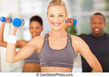 grupo pessoas, exercício, em, ginásio, com, dumbbells