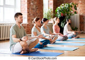 grupo pessoas, fazer, ioga, exercícios, em, estúdio